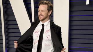 Τζέιμς ΜακΑβόι: Δωρίζει το πουκάμισό του με τις υπογραφές αστέρων του Χόλυγουντ για καλό σκοπό