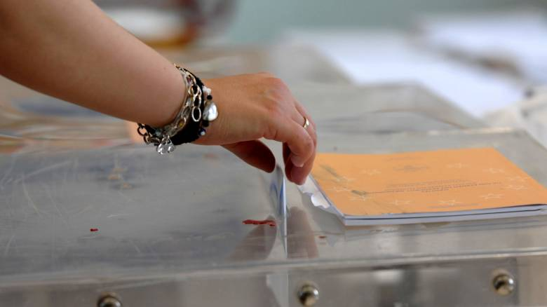 Κατατίθεται η τροπολογία που άρει το ασυμβίβαστο βουλευτή – υποψήφιου ευρωβουλευτή