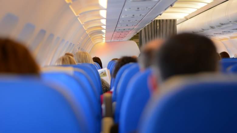 Καταγγελία επιβάτη αεροπορικής: Αεροσυνοδός άνοιξε την πόρτα της τουαλέτας, ενώ τη χρησιμοποιούσα
