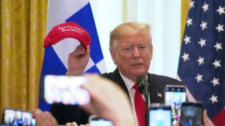 Λεκτικό… ατόπημα για τον Τραμπ: Το καπέλο με το ελληνικό σλόγκαν μπέρδεψε τον πλανητάρχη