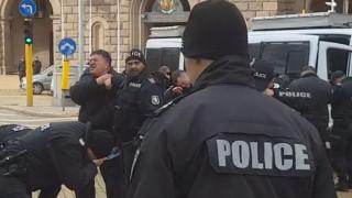 Ατζαμήδες αστυνομικοί ψεκάζονται με σπρέι πιπεριού