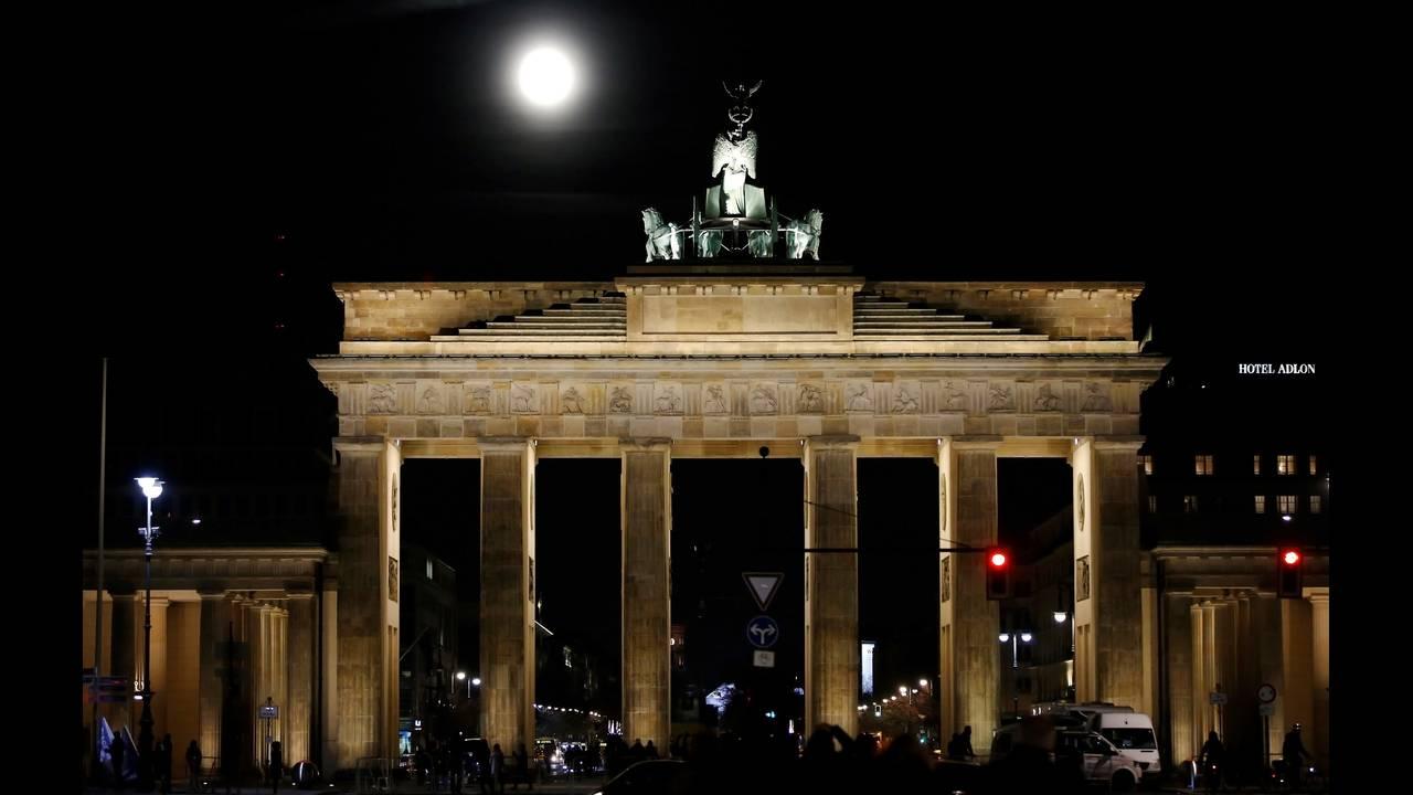 https://cdn.cnngreece.gr/media/news/2019/03/19/169788/photos/snapshot/SUPERMOON-SIGHTING-GERMANY.jpg
