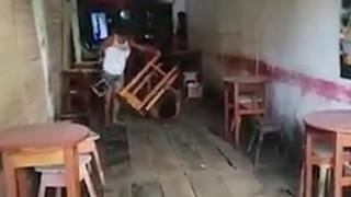Σύζυγος σε απόγνωση: Ο άντρας της χάλαγε τις οικονομίες τους και εκείνη τον κυνήγησε με... καρέκλα