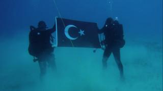 Δύτες φωτογραφήθηκαν με τουρκική σημαία στο βυθό της Σούδας
