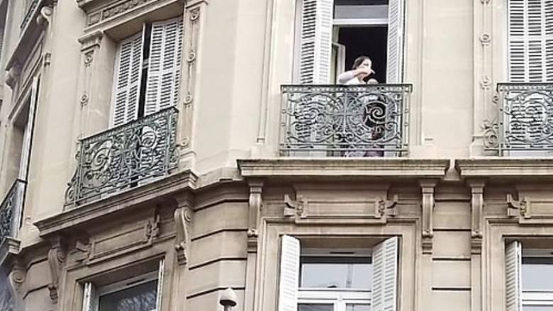 Εικόνες Marfin στη Γαλλία: Εγκλωβισμένη γυναίκα σε υποκατάστημα τράπεζας με το μωρό στην αγκαλιά της