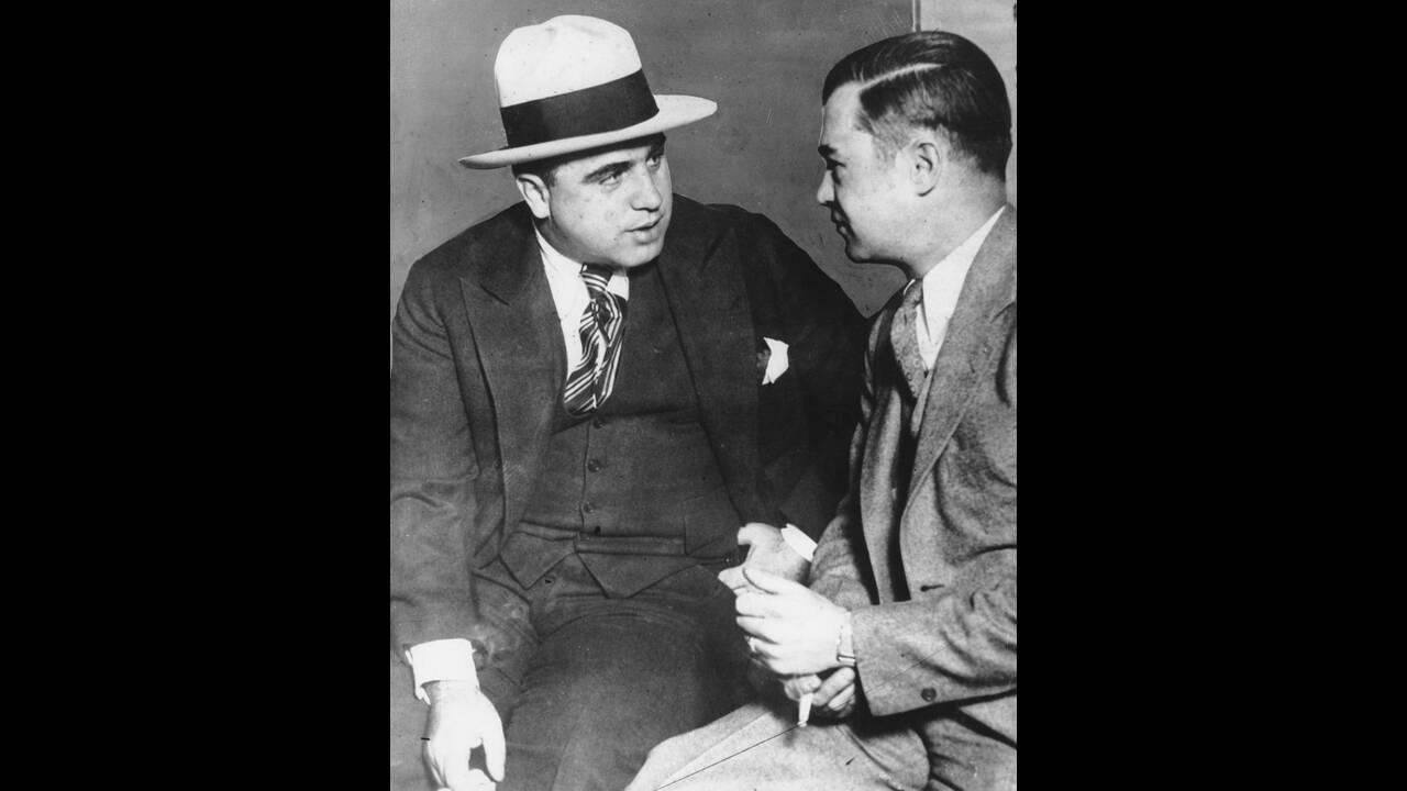 1929 Ο Αλ Καπόνε στα Ομοσπονδιακά δικαστήρια του Σικάγο. Ο διαβοήτος κακοποιός κατηγορείται για φοροδιαφυγή και τελικά θα καταδικαστεί σε 10ετή φυλάκιση.