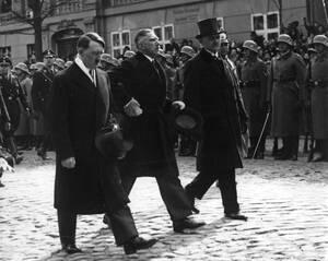 1933 Ο νέος Γερμανός Καγκελάριος Αδόλφος Χίτλερ με τον Φραντς φον Πάπεν στο Πότσνταμ, τη μέρα της ανάληψης της εξουσίας από τους Ναζί.