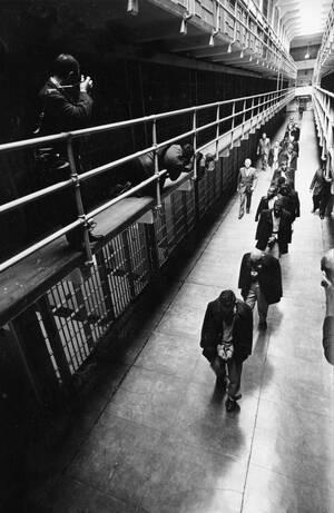 1963 Η τελευταία σειρά κρατουμένων εγκαταλείπει το Αλκατράζ, το οποίο ήταν φυλακή για 100 χρόνια και τώρα αδειάζει.