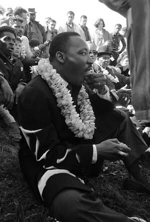 """1965 Ο Μάρτιν Λούθερ Κινγκ ξεκουράζεται κατά τη διάρκεια της """"πορείας των 50 μιλίων"""" προς το Μιντγκόμερι της Αλαμπάμα, η οποία θα καταλήξει σε μια μεγάλη διαδήλωση για το δικαίωμα της ψήφου των μαύρων στη συγκεκριμένη πολιτεία."""