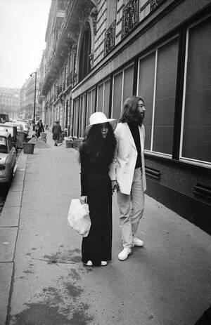 1969 Ο Τζον Λλενον και η Γιόκο Όνο μια μέρα μετά το γάμο τους στο Γιβραλτάρ, φτάνουν στο Παρίσι για το μήνα του μέλιτος.