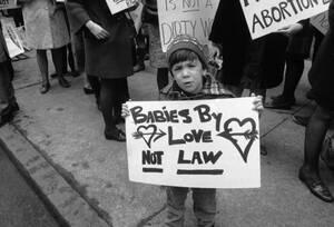 1969 Ένα παιδί με πικέτα που εκφράζει -προφανώς- τις απόψεις των γονιών του, κατά τη διάρκεια διαδήλωσης για το νόμο περί αμβλώσεων στην Πολιτεία της Νέας Υόρκης.