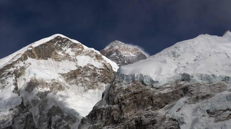Το μακάβριο πρόσωπο του Έβερεστ: Το λιώσιμο των παγετώνων αποκαλύπτει πτώματα ορειβατών