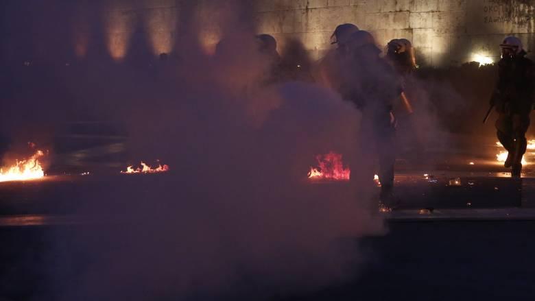 Ένας αστυνομικός τραυματίας μετά από επίθεση κουκουλοφόρων στην Πατησίων