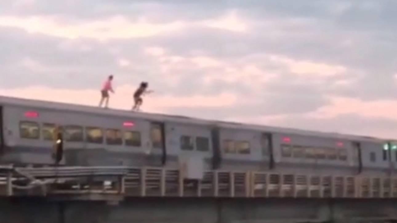 Νεαροί βουτούν σε ποτάμι από την οροφή κινούμενου τρένου