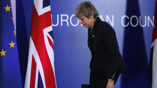 Brexit: Ο «βομβαρδισμός» και η «παγίδα» που έστησαν οι «27» στη Μέι