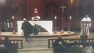 Σκληρό βίντεο: Ιερέας δέχθηκε επίθεση με μαχαίρι κατά τη διάρκεια λειτουργίας