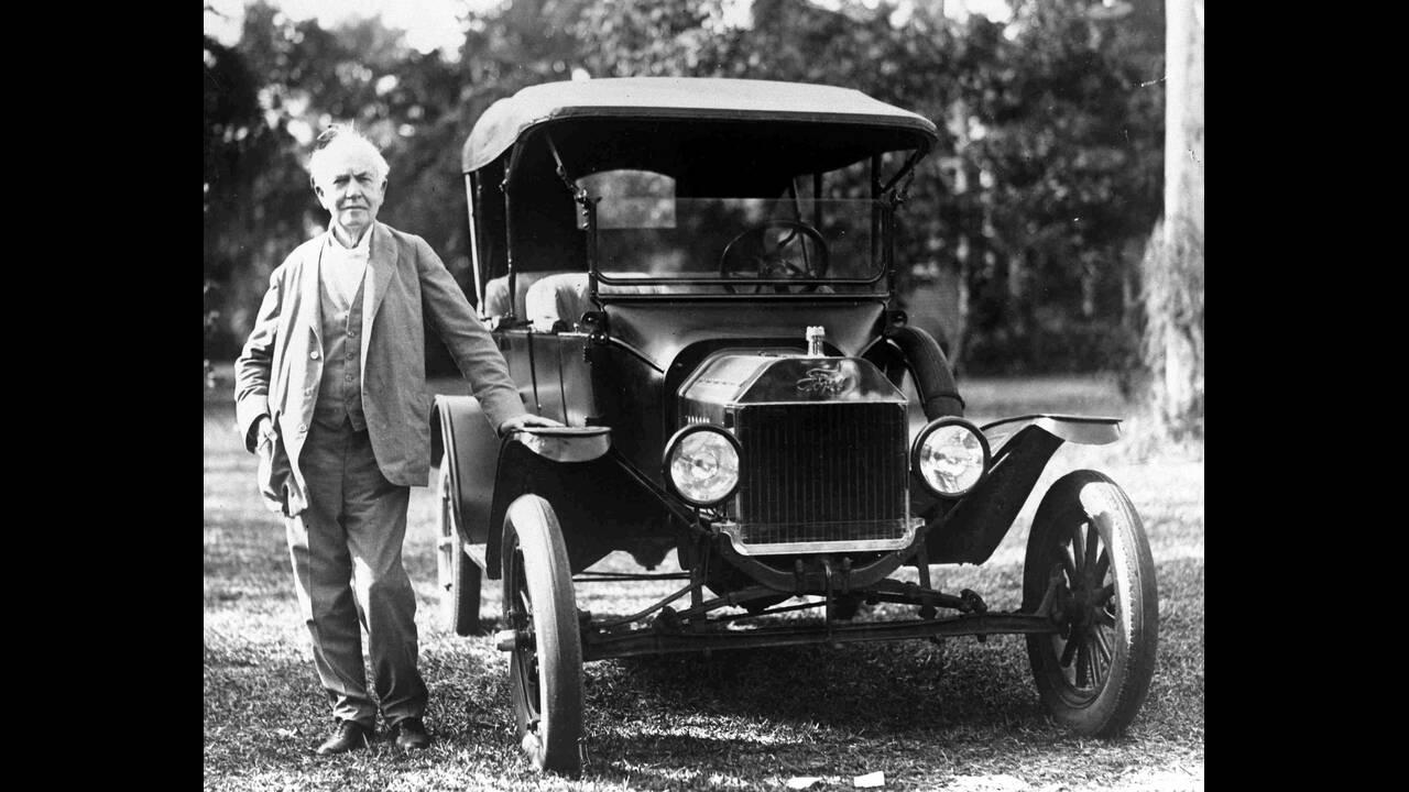 1928 Ο Αμερικανός εφευρέτης Τόμας Έντισον, με μια Φορντ του 1914, στο Φορτ Μάγιερς της Φλόριντα.