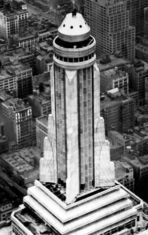 1931 Δύο εργάτες στέκονται στην οροφή του Empire State Building στην Πέμπτη Λεωφόρο της Νέας Υόρκης. Το ύψος του κτηρίου είναι 391 μέτρα και είναι το ψηλότερο κτήριο στον κόσμο.