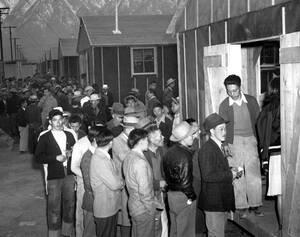 1942 Ιάπωνες περιμένουν στην ουρά για να οδηγηθούν στα νέα τους σπίτια, στην υποδοχή ενός στρατοπέδου κράτησης στην Καλιφόρνια. Οι περισσότεροι ζούσαν στο Λος Άντζελες και εκτοπίστηκαν όταν η Αμερική κύρηξε τον πόλεμο στην Ιαπωνία.