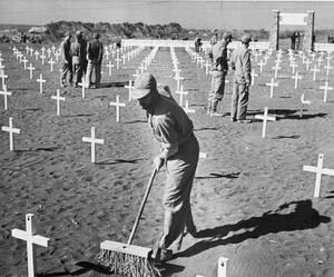 1945 Τάφοι στρατιωτών της 5ης Μεραρχίας Πεζοναυτών, που σκοτώθηκαν κατά τη διάρκεια της απόβασης στην Ίβο Ζίμα, μαρκαρισμένοι με έναν απλό λευκό σταυρό.