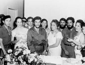 1959 Ο Ερνέστο Τσε Γκεβάρα, Αργεντινός ήρωας της Κουβανικής επανάστασης και η σύζυγός του Αλέιδα, ετοιμάζονται να κόψουν τη γαμήλια τούρτα τους. Στα αριστερά διακρίνεται ο Φιντέλ Κάστρο.