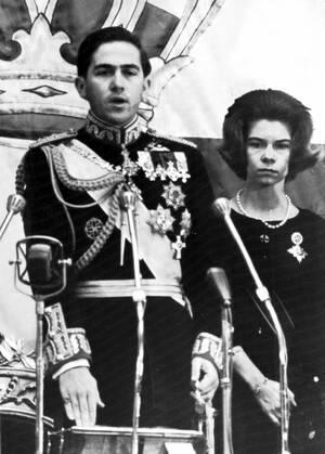 1964 Ο βασιλιάς Κωνσταντίνος, των Ελλήνων, ορκίζεται μπροστά στο νέο ελληνικό κοινοβούλιο. Στο πλευρό του η αδελφή του, Ειρήνη.