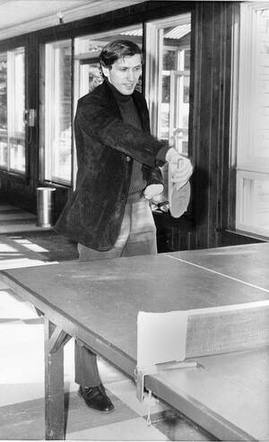 1972 Ο Αμερικανός σκακιστής Μπόμπι Φίσερ σε ένα διάλειμμα της προετοιμασίας για το μεγάλο αγώνα με το Σοβιετικό αντίπαλό του, Μπόρις Σπάσκι, ξεκουράζεται παίζοντας πινγκ πονγκ.
