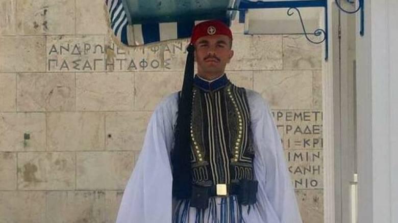 «Ο πόνος μας έγινε πόνος όλων των Ελλήνων»: Το «ευχαριστώ» των γονέων του 24χρονου εύζωνα
