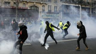 Στρατός και απαγόρευση δεν «φόβισαν» τα «κίτρινα γιλέκα»: Νέες συγκρούσεις και δακρυγόνα