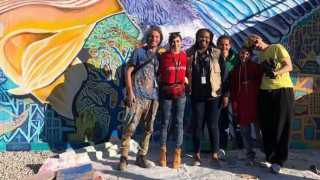 Στο πλευρό των προσφύγων: Ταξίδι «ευγνωμοσύνης» στη Μόρια για την Κέιτι Χολμς και τη Σούρι