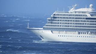 Νορβηγία: Σε ασφαλές σημείο ρυμουλκείται το κρουαζιερόπλοιο