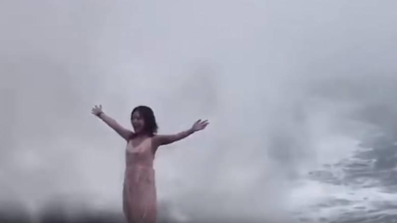 Τουρίστρια παρασύρθηκε από τεράστιο κύμα προσπαθώντας να βγάλει μία selfie