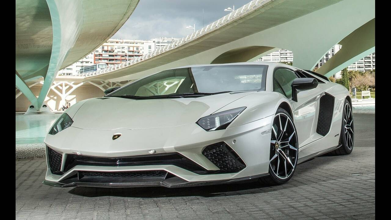https://cdn.cnngreece.gr/media/news/2019/03/25/170413/photos/snapshot/Lamborghini-Aventador.jpg