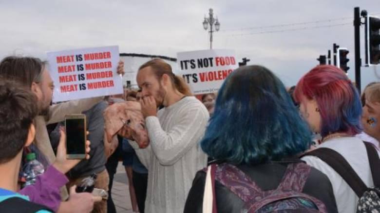 Βρετανία: Έφαγε ωμή... γουρουνοκεφαλή μπροστά σε vegan ως διαμαρτυρία