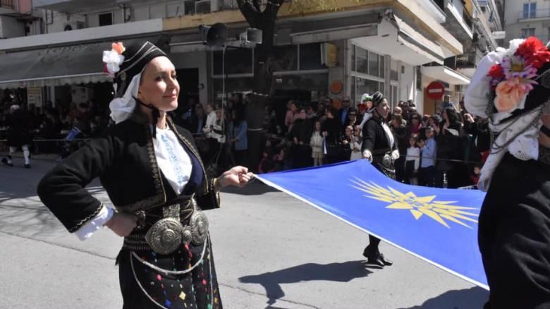 Σέρρες: Βουλευτής της ΝΔ έκανε παρέλαση με μακεδονική φορεσιά