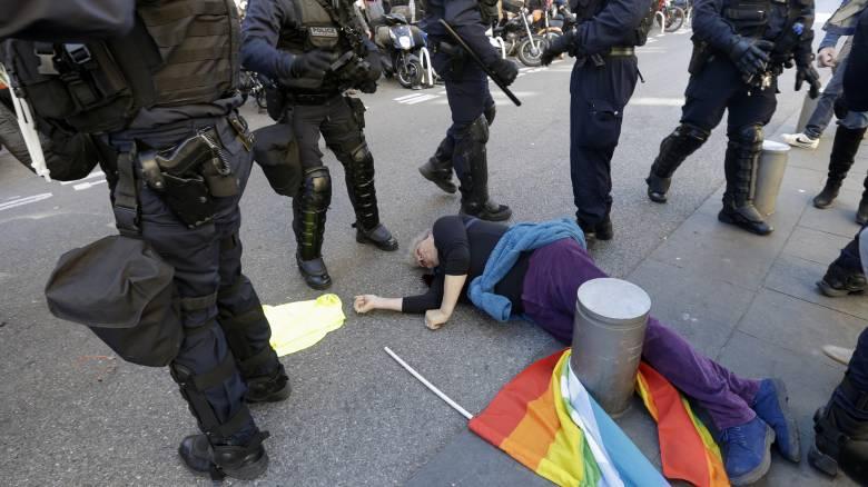 «Ελπίζω να γίνει σοφότερη»: Σάλος με τις δηλώσεις Μακρόν για 73χρονη τραυματισμένη διαδηλώτρια