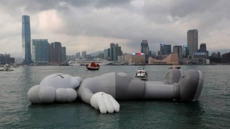 Ένα πλωτό ομοίωμα 40 τόνων… χαλαρώνει στο λιμάνι του Χονγκ Κονγκ