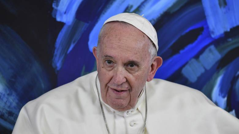 Βίντεο: Ο Πάπας αρνείται πεισματικά να του φιλήσουν το χέρι και γίνεται viral