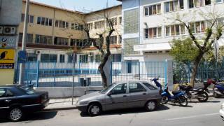 Μια περίεργη υπόθεση: Άνδρας με καμπαρντίνα στήνει καρτέρι έξω από σχολεία εδώ και 20 χρόνια
