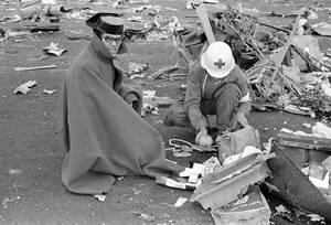 1977 Διασώστες αναζητούν προσωπικά αντικείμενα των επιβατών, μετά τη σύγκρουση δύο τζάμπο τζετ, στο αεροδρόμιο της Τενερίφης. Περισσότεροι από 550 άνθρωποι έχασαν τη ζωή τους στο χειρότερο αεροπορικό δυστύχημα της ιστορίας.