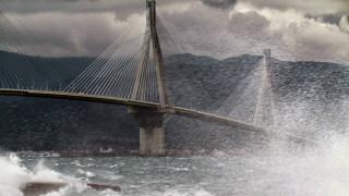 Συγκλονιστικές εικόνες στη γέφυρα Ρίου - Αντιρρίου: Άνεμοι «σήκωσαν» νταλίκα, καρφώθηκε σε πινακίδες