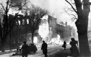 1945 Η εμπροσθοφυλακή του δεύτερου Ρωσικού Μετώπου μπαίνει στη φλεγόμενη πόλη του Ντάντζιγκ (Γκντανσκ) στην Πολωνία.