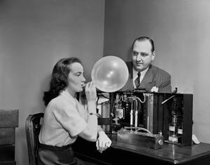 1950 Μια γυναίκα δοκιμάζει την πρώτη συσκευή αλκοτέστ. Φυσάει μέσα σε ένα μπαλόνι και μετά η ανάσα της θα περάσει μέσα από ένα διάλυμα το οποίο θα αλλάξει χρώμα εάν έχει καταναλώσει αλκοόλ.