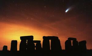1997 Ο κομήτης Χέιλ Μποπ πάνω από το Στόνχεντζ, στη νοτιοδυτική Αγγλία. Το Στόνχετζ κατασκευάστηκε γύρω στο 2000 π.Χ.