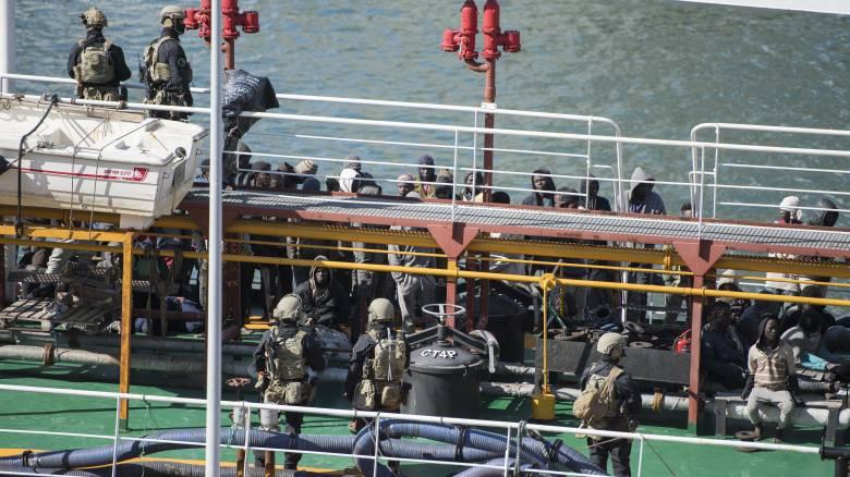 Μετανάστες κατέλαβαν το δεξαμενόπλοιο που τους διέσωσε – Το ανάγκασαν να πάει Μάλτα