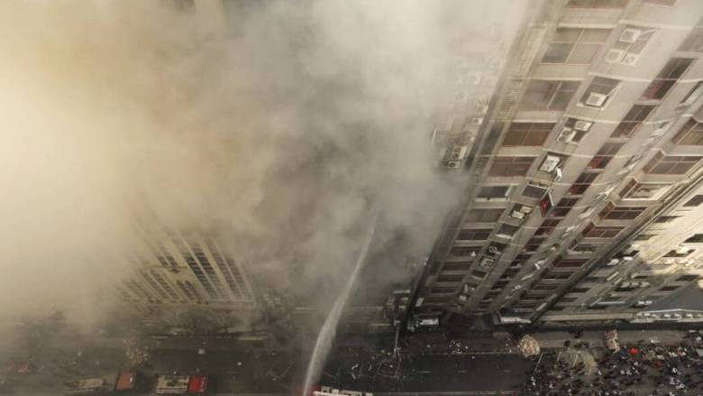 Βίντεο - σοκ από το Μπανγκλαντές: Άνθρωποι πέφτουν στο κενό από το φλεγόμενο κτήριο για να σωθούν