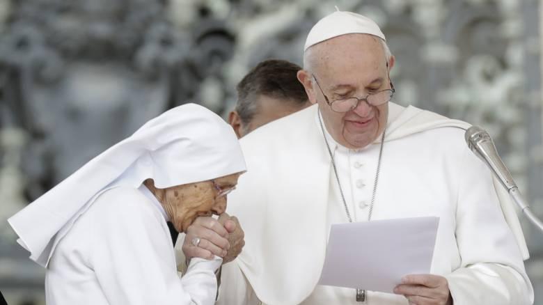 Το μυστήριο λύθηκε: Γι΄αυτό ο Πάπας Φραγκίσκος τραβούσε το χέρι του από το στόμα των πιστών