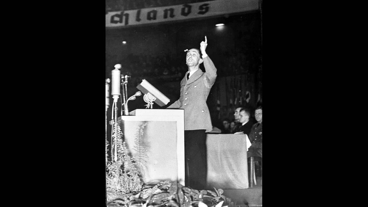 1936 Ο Γερμανός υπουργός Προπαγάνδας, Γιόζεφ Γκέμπελς, μιλάει σε ένα μεγάλο πλήθος στο Βερολίνο, κατά τη διάρκεια της προεκλογικής εκστρατείας.