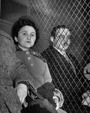 1951 Η Έθελ Ρόζεμπεργκ, 35 ετών και ο σύζυγός της Τζούλιους, 34 ετών, καταδικάστηκαν για κατασκοπία στη Νέα Υόρκη, στην πιο πολύκροτη δίκη του είδους στην ιστορία. Το ζευγάρι κρίθηκε ένοχο για τις κατηγορίες ότι πουλούσε αμερικανικά ατομικά μυστικά στους