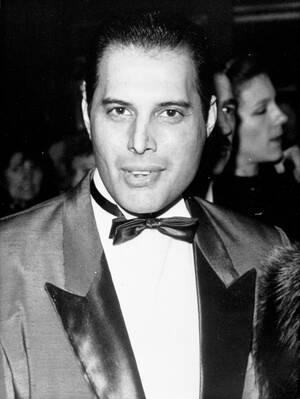 1988 Ο 41 ετών Φρέντι Μέρκιουρι, φρόντμαν του συγκροτήματος των Queen, στο Λονδίνο.